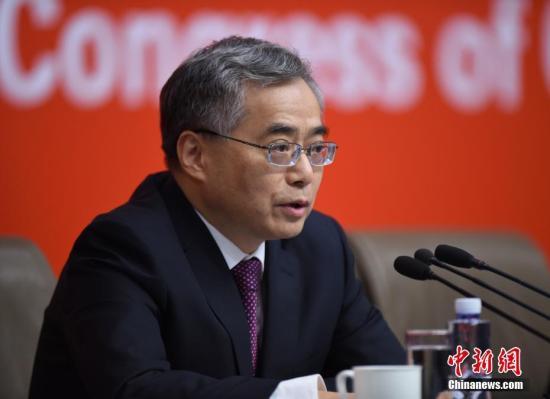 10月20日,中国共产党十九大新闻中心在北京梅地亚中心举行记者会,请文化部副部长项兆伦介绍加强思想道德和文化建设情况,并回答记者提问。中新社记者 侯宇 摄
