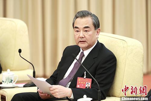 10月19日,中国共产党第十九次全国代表大会中央国家机关代表团讨论向中外记者开放。图为外交部部长王毅参加讨论。中新社记者 盛佳鹏 摄