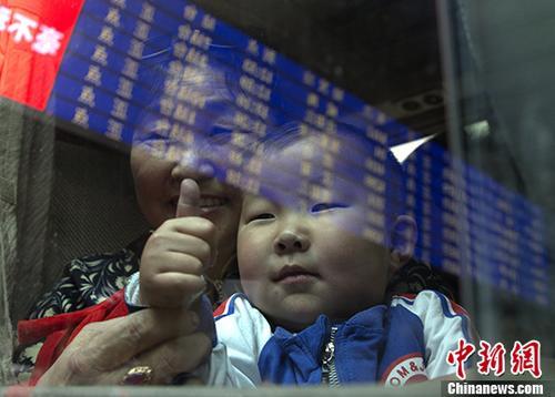 资料图:蒙古国先心病患儿在家长的陪同下次抵达北京。中新社记者 刘关关 摄