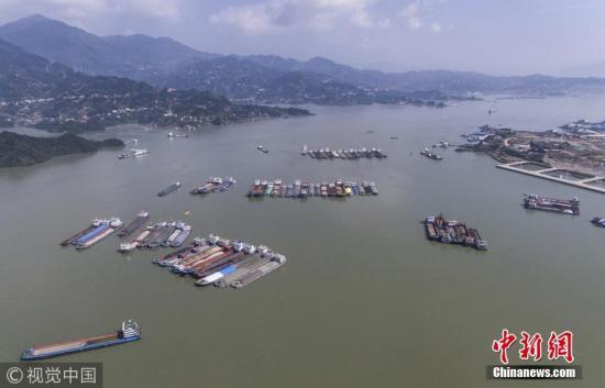 记者从中国长江三峡集团公司三峡枢纽建设运行管理局获悉,根据监测数据,三峡水库水位10月21日7时许已抬升至175米。据悉,这是三峡水库自2010年以来,第八次实现175米试验性蓄水目标,同时也是2010年以来三峡水库完成蓄水目标最早的一年。图为10月21日,湖北宜昌,船舶有序停靠在三峡大坝上游湖北省秭归县仙人桥锚地。林森 摄 图片来源:视觉中国
