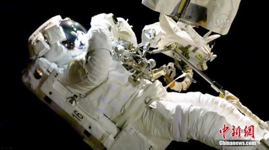资料图:2017年10月20日,国际空间站的宇航员进行太空行走。