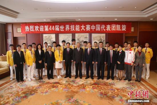 10月21日,第44届世界技能大赛中国代表团载誉回国。 中新社记者 韩海丹 摄
