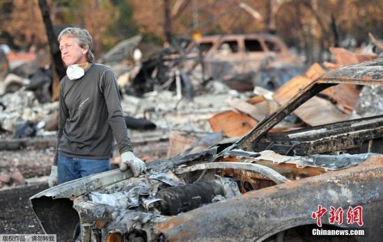 当地时间10月20日,美国加州山火过后,民众返回家园。