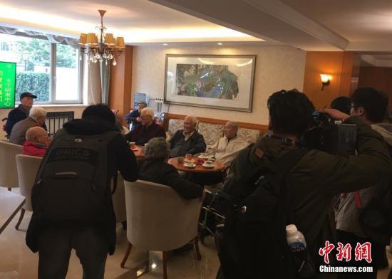 资料图:老人们在养老院茶歇区聊天。<a target='_blank' href='http://www.chinanews.com/'>中新社</a>记者 杜燕 摄
