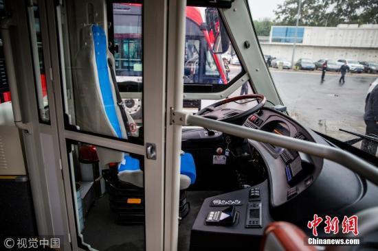 资料图:北京18米长纯电动公交车投入运营,智能系统提升行车安全。图片来源:视觉中国