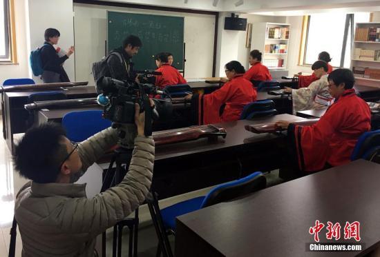 在北京市朝阳区养老服务指导中心,老人们学习古琴弹奏。中新社记者 杜燕 摄