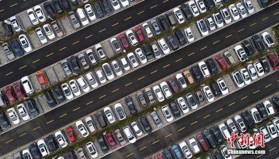 资料图:图为停车场内停满了车辆。<a target='_blank' href='http://www.chinanews.com/'>中新社</a>记者 刘忠俊 摄