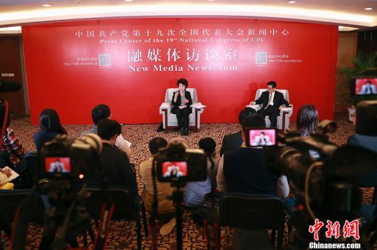 10月22日,中共十九大代表、国务院侨务办公室主任裘援平在十九大新闻中心接受媒体集体采访。 中新社记者 盛佳鹏 摄