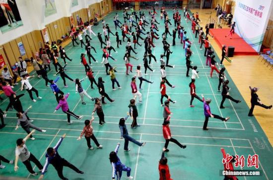资料图:市民参与广播体操锻炼。 中新社记者 张道正 摄