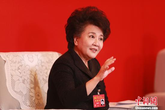 10月23日,中共十九大代表、国务院侨务办公室主任裘援平在十九大新闻中心接受中外媒体集体采访。 中新社记者 盛佳鹏 摄