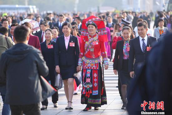 10月24日上午,中国共产党第十九次全国代表大会在北京人民大会堂举行闭幕会。图为代表步入会场。 中新社记者 刘震 摄