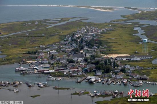 资料图:2017年10月24日,丹吉尔岛位于美国马里兰州切萨皮克湾的一块草地上,今年夏天,一个气候活动人士代表团访问了该岛,试图说服当地居民认真对待气候变化。由于海平面的不断升高,科学家们发现在过去的几十年里,该岛已经饱受海洋的侵蚀,民众应该放弃继续在岛上生存。