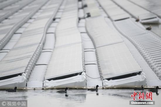 """资料图:清洁能源项目""""水上太阳能电站""""。 图片来源:视觉中国"""