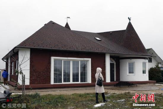 当地时间2017年10月24日,俄罗斯雅罗斯拉夫尔市,该市建成了欧洲首栋3D打印房屋。据报道,这栋房屋总面积为298.5平方米,内部设施齐全,建成后即可入住。 图片来源:视觉中国