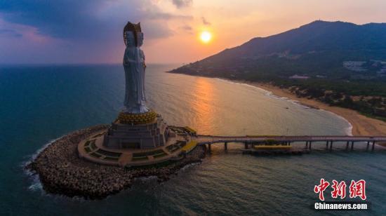 资料图:海南省三亚市南山景区108米海上观音像。 骆云飞 摄