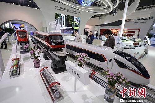 10月25日,各式列车模型亮相展会。当日,2017中国(湖南)国际轨道交通产业博览会在长沙开展,展出范围涵盖中国轨道交通产业发展成就、铁路及城市轨道交通车辆等轨道交通全产业链内容。其中,中国的磁悬浮与高铁产业受到众多中外企业代表的青睐。 <a target='_blank'  data-cke-saved-href='http://www.chinanews.com/' href='http://www.chinanews.com/'>中新社</a>记者 杨华峰 摄