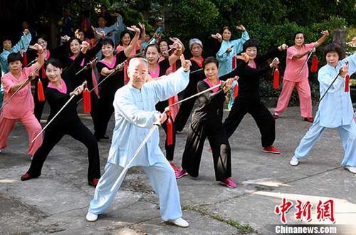 10月25日,福建老年人武术展演迎重阳节。 中新社记者 刘可耕 摄