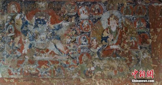 """10月26日,从西藏自治区山南市文化局(市文物局)获悉,该单位与湖南省文物考古研究所组成的调查组发现""""果拉康""""遗址。遗存内壁画保存较完好,研究人员初步推测其形成于14世纪前后,距今约700年。图为遗址中的壁画。 <a target='_blank' href='http://www.chinanews.com/'>中新社</a>记者 贾英杰 摄"""