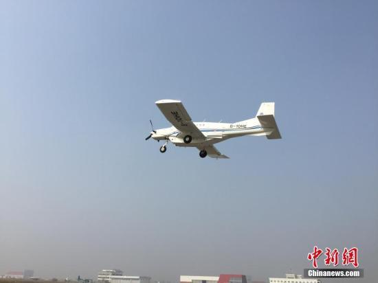 """中国科学家研制的吨位级货运无人机AT200,10月26日在陕西蒲城内府机场成功""""首飞""""。(中国科学院工程热物理研究所供图)"""