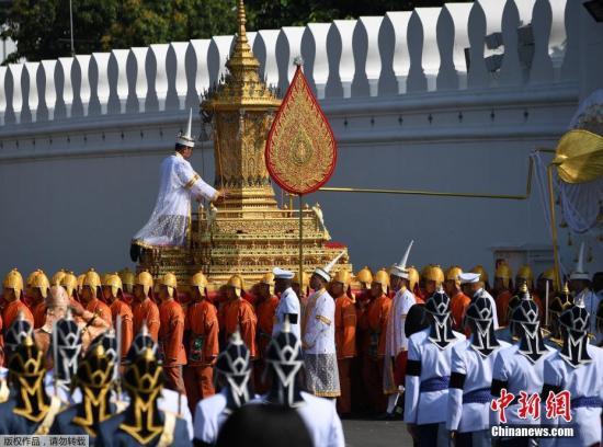 资料图:当地时间2017年10月26日,泰国曼谷,民众排队参加泰国先王普密蓬皇家火葬仪式,现场人山人海。泰国已故普密蓬国王葬礼将于10月25日至29日举行,其中26日举行遗体火化仪式。