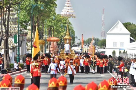 资料图:当地时间2017年10月26日,泰国曼谷,民众排队参加泰国先王普密蓬皇家火葬仪式。