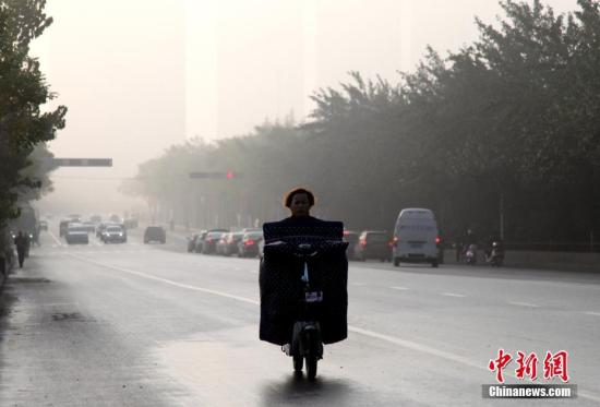 10月26日,陕西省遭遇大雾天气,咸阳、榆林、延安等多地市发布大雾黄色、橙色预警信号,能见度小于200米至500米,并将持续。 张远 摄