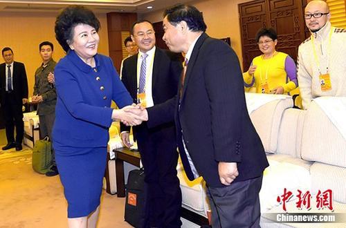 10月26日,国务院侨务办公室主任裘援平在北京与参与十九大采访报道的海外华文媒体代表座谈。 中新社记者 张勤 摄