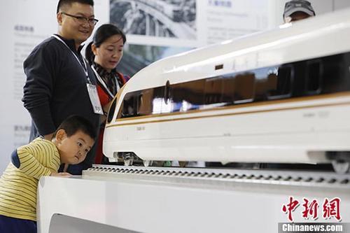 """资料图:中国铁路加强创新与合作,助力""""一带一路""""建设。图为中国标准动车组""""复兴号""""模型。<a target='_blank' href='http://www.chinanews.com/'>中新社</a>记者 殷立勤 摄"""