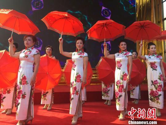 """10月26日,兰州举办了首届千叟宴民俗旅游文化节活动,一支老年模特队表演了""""旗袍秀"""",为台下的同龄观众献上重阳节的礼物。 杨娜 摄"""