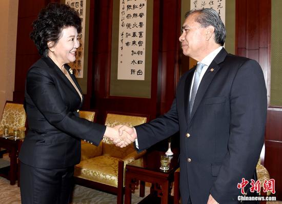 10月27日,国务院侨务办公室主任裘援平在北京会见智利内政部国际调查局前副总局长阿尔弗雷多・张・周一行。 记者 张勤 摄