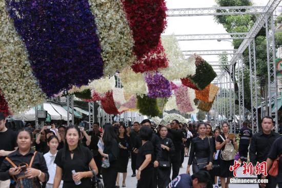 资料图:普密蓬国王火葬典礼,为悼念先王,泰国民众近日自发用各种鲜花造型建成长达数百米的鲜花隧道。社记者 王国安 摄