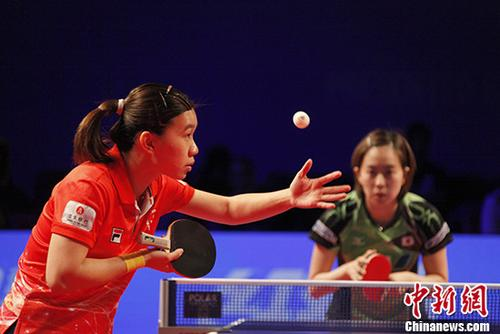 当地时间10月28日,在加拿大安大略省万锦市(Markham)举行的2017年乒乓球女子世界杯比赛中,目前世界排名第5的日本头号名将、赛会3号种子选手石川佳纯,以3:4爆冷负于中国香港的李皓晴,未能进入八强。图为李皓晴发球。 <a target='_blank' href='http://www.chinanews.com/'>中新社</a>记者 余瑞冬 摄
