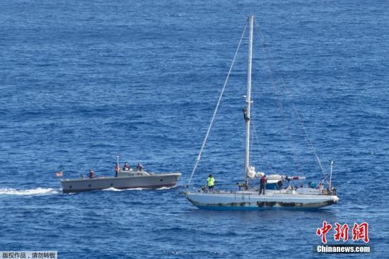 由于备妥了海水过滤机和一年的意面,以及燕麦等,她们认为可以靠自己撑到船抵达陆地,两个月后,她们开始每天发出求救信号。