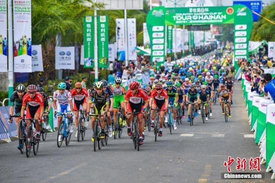 10月29日,2017第十二届环海南岛国际公路自行车赛进行第二赛段的比赛。 中新社记者 骆云飞 摄