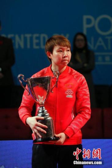 朱雨玲夺得2017年女乒世界杯冠军奖杯,这也是她首次获得世界乒坛三大赛事的单打冠军。 中新社记者 余瑞冬 摄