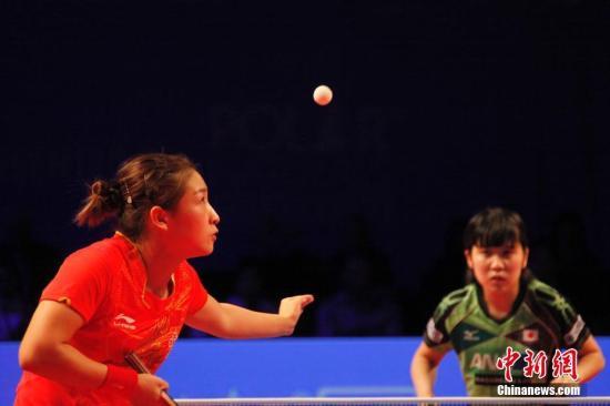 材料图:刘诗雯正在取仄家好宇的角逐中收球。 a target='_blank' href='http://www.chinanews.com/'中新社/a记者 余瑞冬 摄