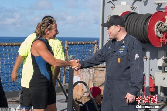 当地时间10月25日,美国海军救下两名已经在海上漂泊5个月的美国女子以及她们的两条狗。