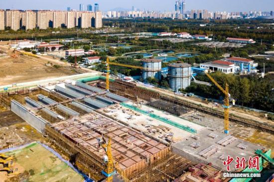 资料图:建设中的南京江心洲污水处理厂提标改造工程。/p中新社记者 泱波 摄