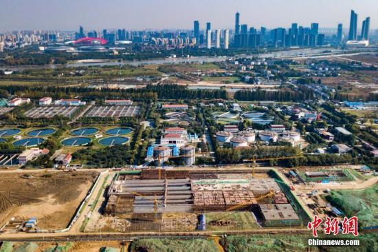 资料图:南京江心洲污水处理厂提标改造工程。中新社记者 泱波 摄