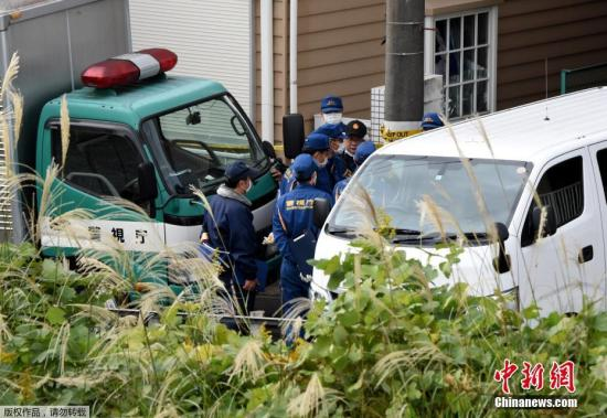 当地时间10月31日,日本神奈川一公寓内发现九具尸体。据日本共同社报道,日本东京都八王子市一名23岁女性本月下旬失踪,东京警视厅查案时在神奈川县座间市的20多岁男子(职业不详)公寓中发现了9具尸体。现场有多个冷藏箱,其中一个里发现了部分遗骸。警方以弃尸嫌疑逮捕了该男子。