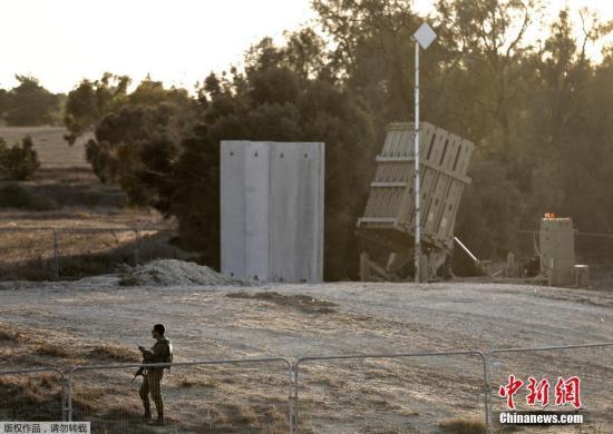 当地时间2017年10月30日,以色列士兵在靠近以色列和加沙地带的边境。哈马斯卫生部称,以色列炸毁从加沙地带延伸至其领土的一条隧道,六名巴勒斯坦人丧生。
