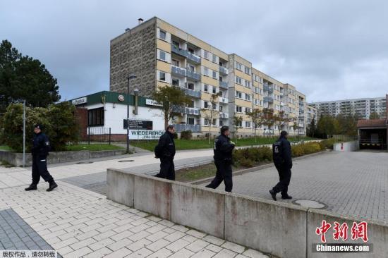 """德国联邦检察院说,Yamen A。已经""""具体准备""""了这次袭击。图为德国警方在疑犯住所外展开调查。"""
