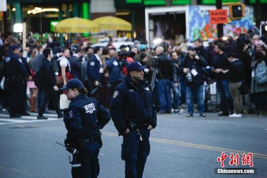 众多记者聚集在纽约曼哈顿西侧快速路卡车撞人恐怖袭击现场。 中新社记者 廖攀 摄