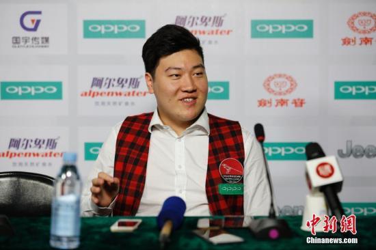 资料图:颜丙涛17岁时在参加比赛期间接受媒体采访。 <a target='_blank' href='http://www.chinanews.com/'>中新社</a>记者 于琨 摄