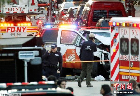 警察在纽约卡车袭击事件现场附近警戒。