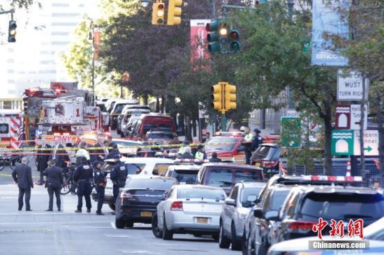 大量警力聚集在纽约曼哈顿西侧快速路卡车撞人恐怖袭击现场。 中新社记者 廖攀 摄