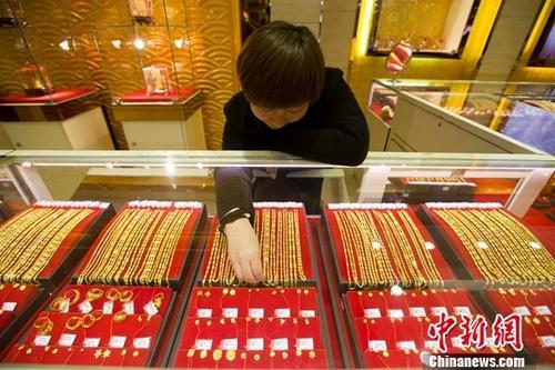 11月1日,山西太原,金店工作人员正在清点黄金饰品。当日,中国黄金协会发布的数据显示,2017年前三季度,中国黄金消费同比增长15.49%。今年前三季度中国黄金实际消费量815.89吨,与去年同期相比增长15.49%。金条销售继续保持大幅增长,前三季度消费222.07吨,同比增长44.45%;黄金首饰销售再次回暖,前三季度销售503.87吨,同比增长7.44%。a target='_blank' href='http://www.chinanews.com/'中新社/a记者 张云 摄