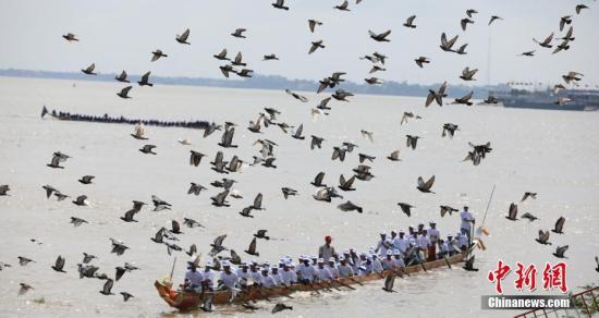 """图为湄公河上的""""龙舟赛。&#10;<a target='_blank' href='http://www.chinanews.com/'>中新社</a>记者 黄耀辉 摄"""
