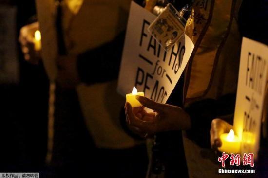 当地时间11月1日,纽约民众参加烛光守夜,悼念纽约恐袭遇难者。美国纽约曼哈顿南城10月31日发生小型卡车撞人恐怖袭击事件,导致8人丧生,10余人受伤。
