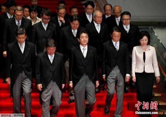 11月1日,在日本东京首相官邸,日本首相安倍晋三(前排中)带领阁僚合影。